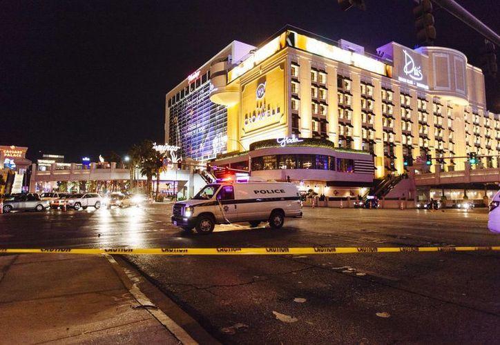 Esta es la zona que fue cerrada a la circulación luego de que policías en Las Vegas se vieran obligados a disparar contra un hombre que agitaba un arma y apuntaba contra la gente. Al final, hubo dos transeúntes heridos y el sospechoso fue arrestado. (AP)