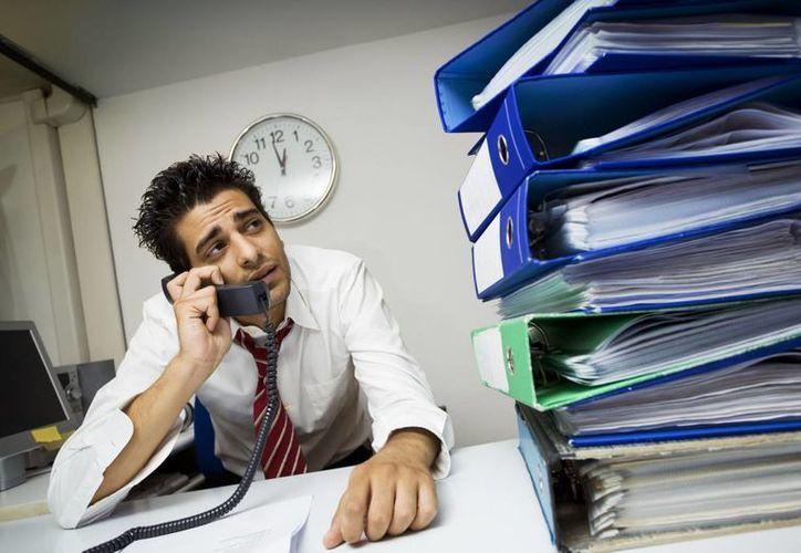 El investigador Elías Góngora Coronado asegura que un estrés sostenido por una jornada laboral de ocho horas puede bajar las defensas. (Archivo/Agencias)