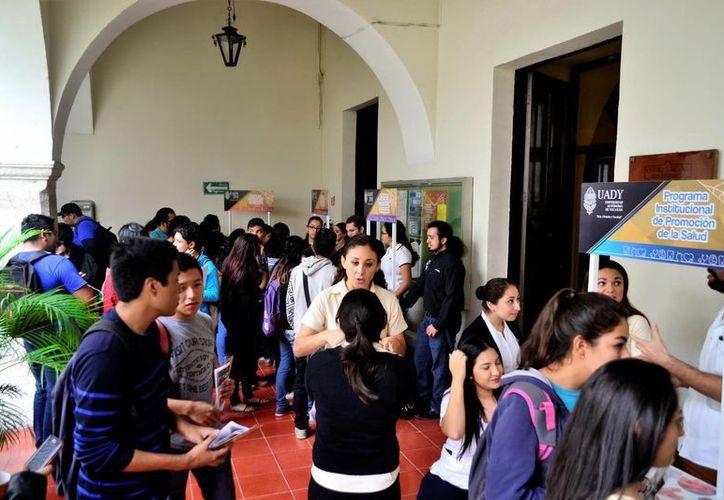 Se registró buena afluencia de estudiantes en la Feria de Inducción, que se realizó en el edificio central de la Uady. (Milenio Novedades)