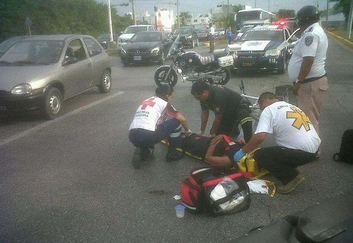 El lesionado fue atendido por paramédicos de la Cruz Roja. (Redacción/SIPSE)