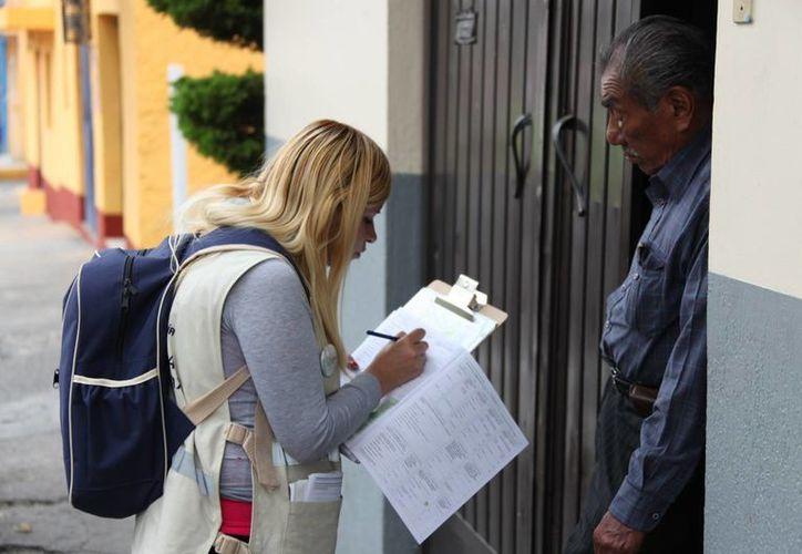 La mayoría de los entrevistadores del Inegi cuentan con preparatoria, aunque algunos tienen incluso doctorado. (Notimex)