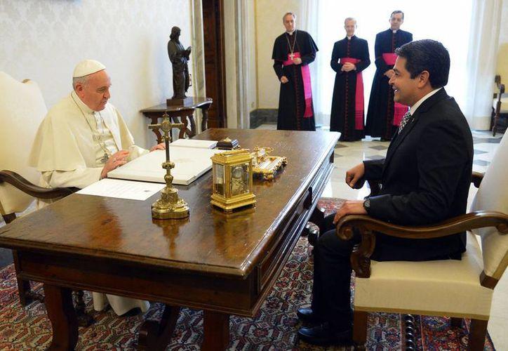 El hondureño Juan Orlando Hernández es uno de los presidentes latinoamericanos que atestiguarán la canonización de Juan Pablo II y Juan XXIII, cuya ceremonia estará presidida por el Papa Francisco. (Foto: AP)