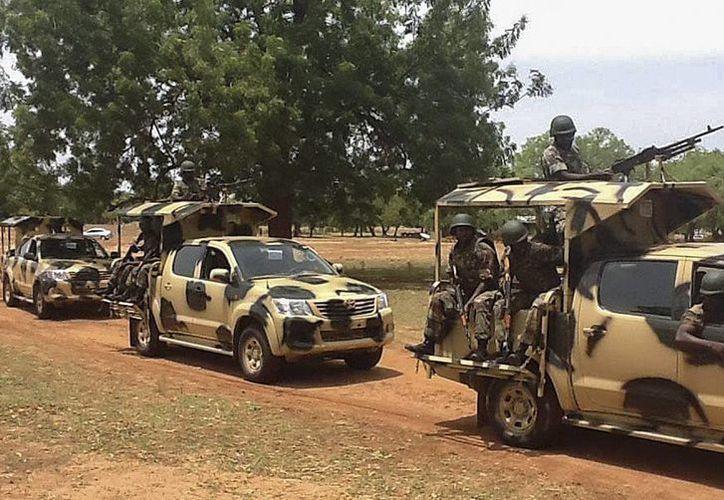 Convoy de soldados nigerianos en Yola. Los atacantes de pobladores de Dumba cometieron incluso actos de tortura. (EFE)