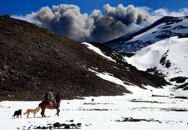 El volcán Copahue registró intensa actividad en 2013, obligando la evacuación de las poblaciones aledañas. (EFE)