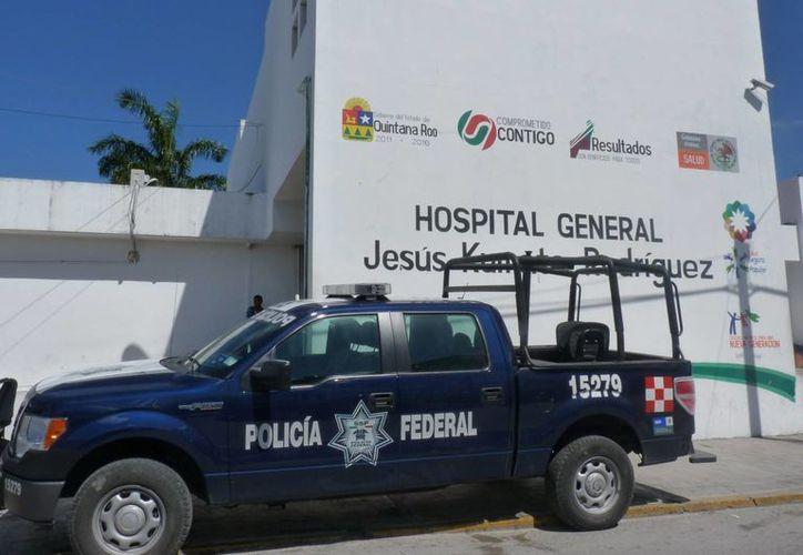 Los dos detenidos fueron trasladados al Hospital General para expulsar la droga. (Redacción/SIPSE)