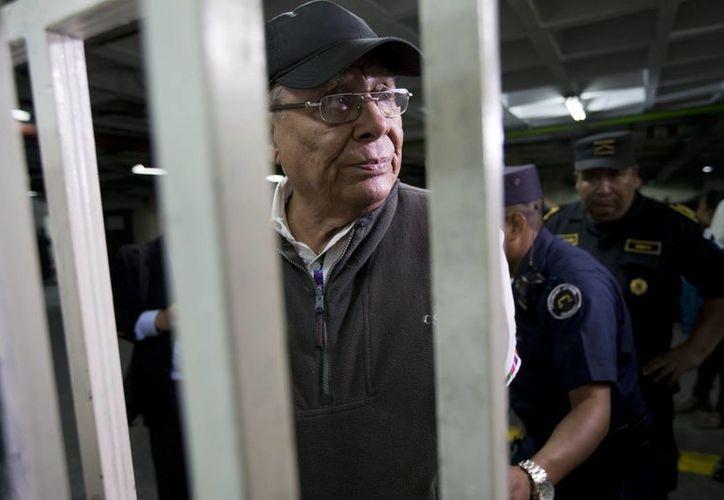 Momento en que es esposado Benedicto Lucas García, hermano y ex jefe del Estado Mayor del ex presidente Romeo Lucas García. Benedicto forma parte de los militares acusados de realizar masacres en Guatemala. (Agencias)