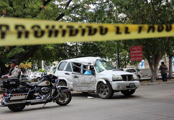 Una camioneta del Gobierno del Estado se estrelló en la calle 60. Falleció Mario López Alonso, jefe de Previsión Social del Gobierno del Estado. (Aldo Pallota/SIPSE)