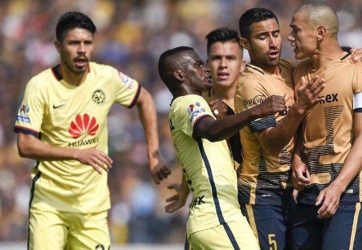 Tras el escándalo por la supuesta agresión por parte del jugador de Pumas, Dario Verón, contra el americanista, Darwin Quintero, debido a que el primero llamó 'simio' al colombiano, el Conapred anunció que iniciará una campaña para combatir el racismo en el futbol. (Archivo Mexsport)