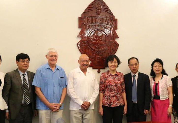 El rector de la Uady, José Williams (de blanco, al centro) recibió la visita de una delegación de la universidad china de Guangdong. (Foto cortesía)