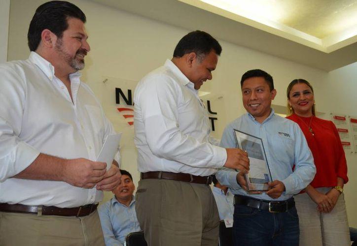 El Gobernador constató la entrega de certificados internacionales a cuatro colaboradores de la empresa yucateca National Soft. (Fotos cortesía)