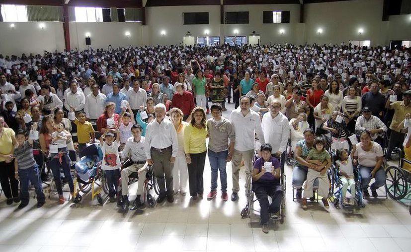 El Sistema para el Desarrollo Integral de la Familia (DIF) Yucatán y la Fundación Telmex entregaron aparatos de alta tecnología para escuchar a 867 personas con discapacidad auditiva. (Milenio Novedades)
