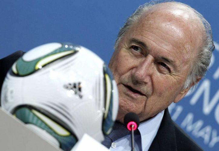 """Joseph Blatter, arremetió contra los gobiernos de Francia y Alemania por la """"presión política"""" ejercida para elegir las sedes de los Mundiales de 2018 y 2022. (AP)"""