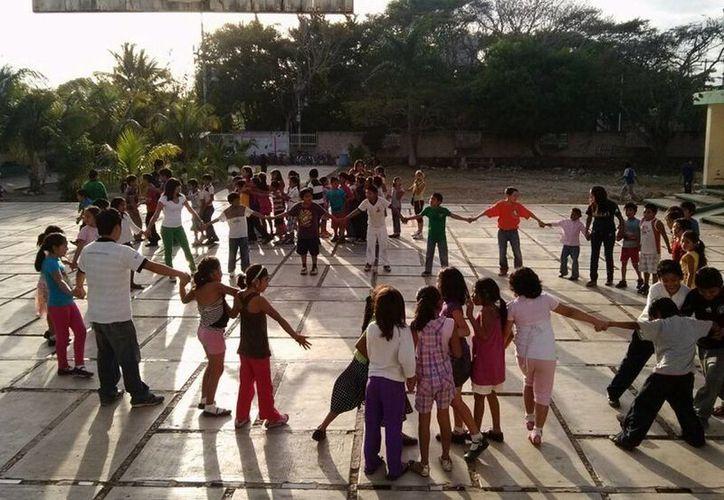 Las dinámicas y juegos promueven la convivencia entre los niños de las comunidades. (Manuel Salazar/SIPSE)