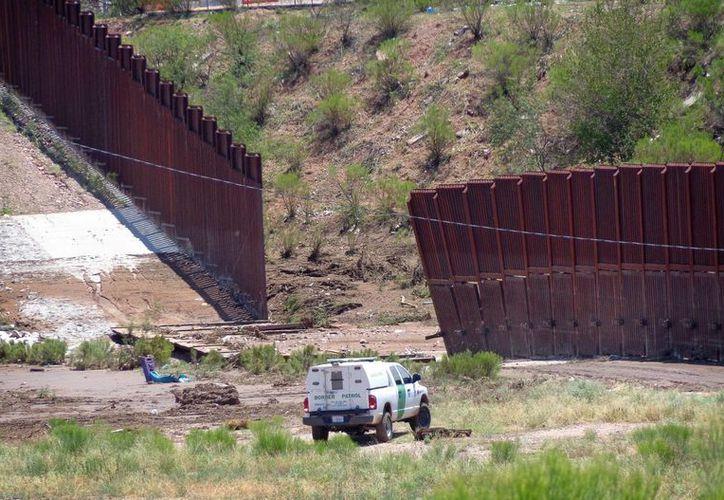 La valla tiene más de dos metros de profundidad y ocho de altura. (AP)