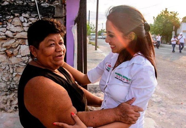 Marisol Sotelo Rejón recorrió ayer la colonia Santa Rosa. (Milenio Novedades)