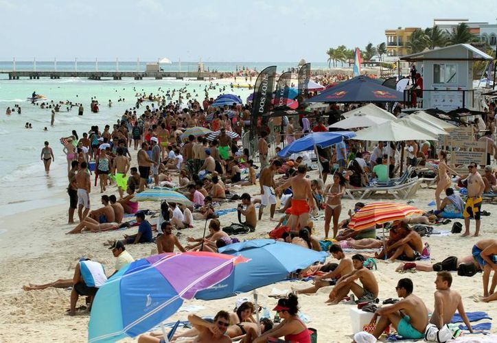 Desde muy temprano se hicieron presentes los bañistas en las diferentes playas que ofrece el destino. (Juan Carlos Cano/SIPSE)