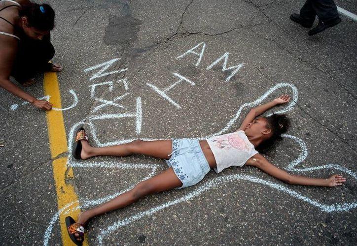 En Nueva York y otros puntos de EU miles de personas salieron a las calles a manifestarse contra el uso excesivo de la fuerza de la policía. (AP)