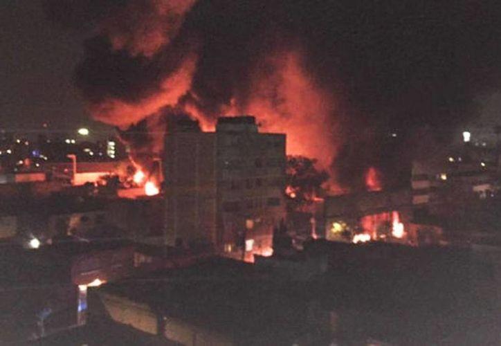 El incendio fue en una fábrica de zapatos en la delegación Cuauhtémoc. (Tomada de Twitter/@webcamsdemexico)