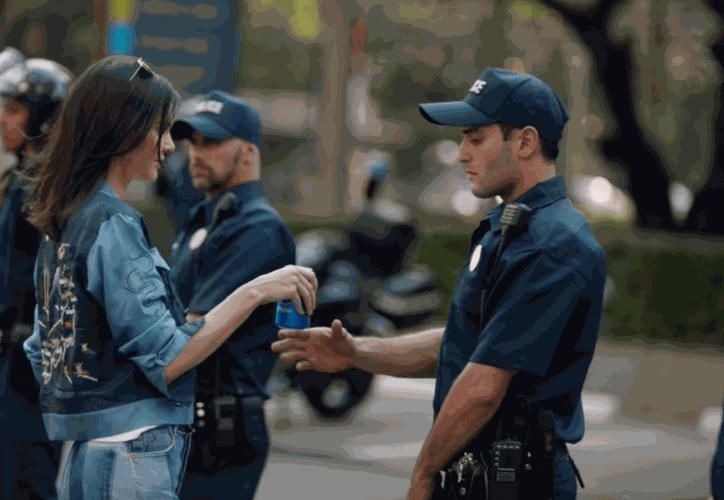 Kendall Jenner se muestra en el anuncio de Pepsi en una manifestación con una Pepsi.  (Captura de pantalla/YouTube)