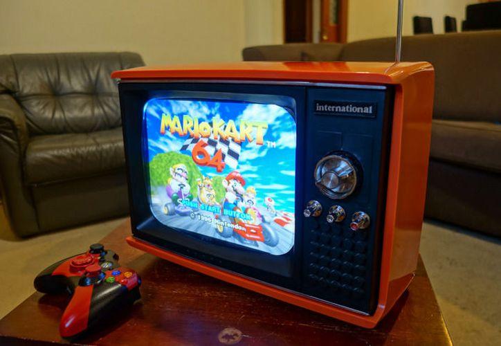 El aparato funciona con los botones originales de la televisión, así como con los controles de cada consola emulada. (Engadget)