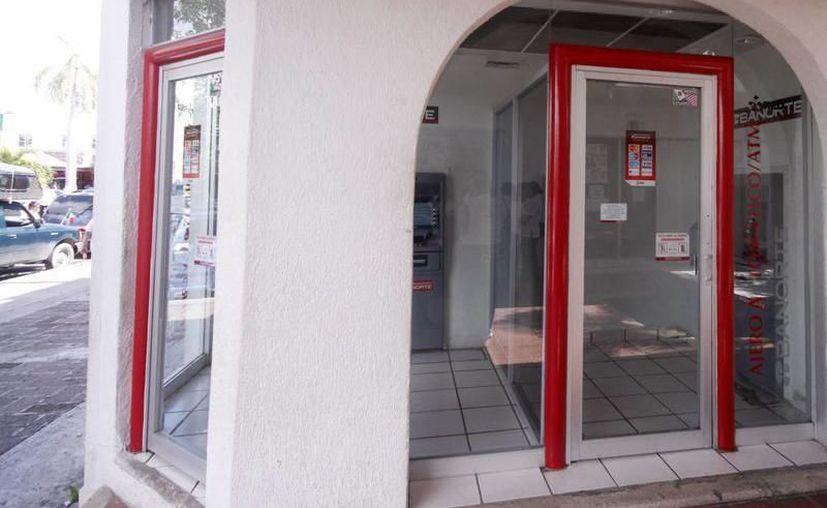 Los bancos que prestan sus servicios en plazas  comerciales y supermercados no suspenderán actividades el próximo lunes, los restantes si lo harán. (SIPSE)