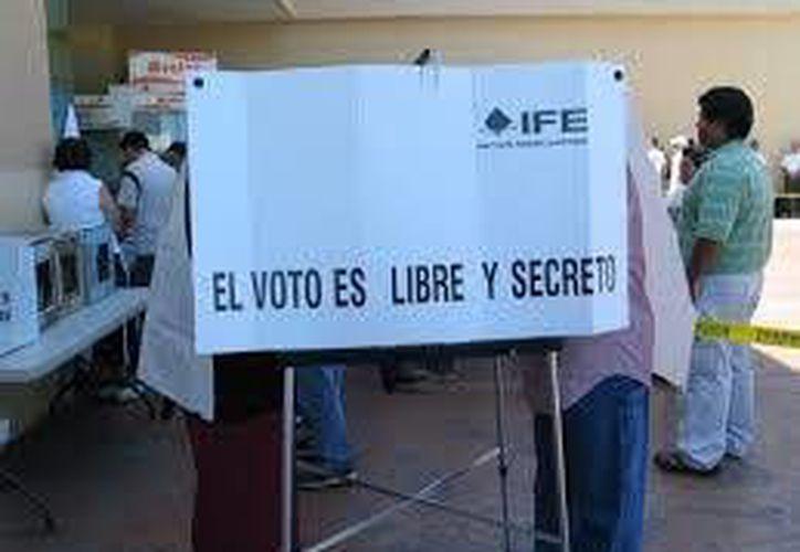 Pase a las mamparas para marcar sus boletas con libertad y en secreto. (Contexto/Internet)