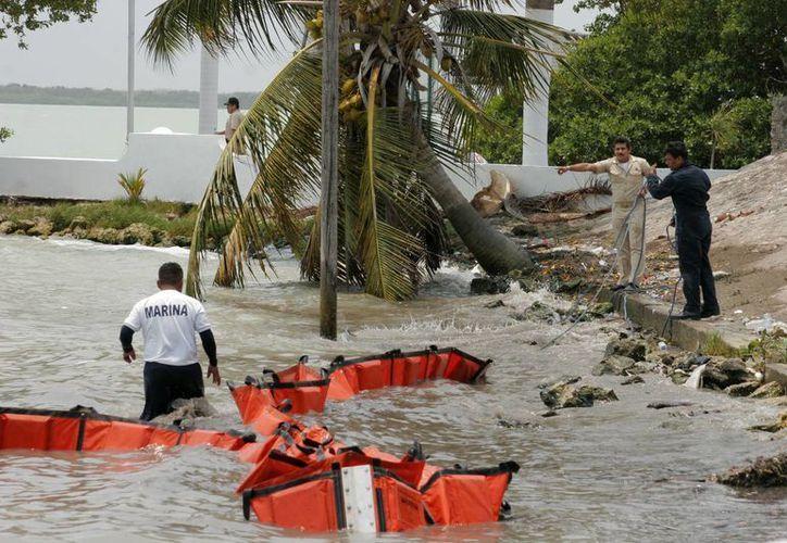 Ayer miércoles fue retirada la barrera de contención que delimitaba el área de afectación en la bahía. (Harold Alcocer/SIPSE)