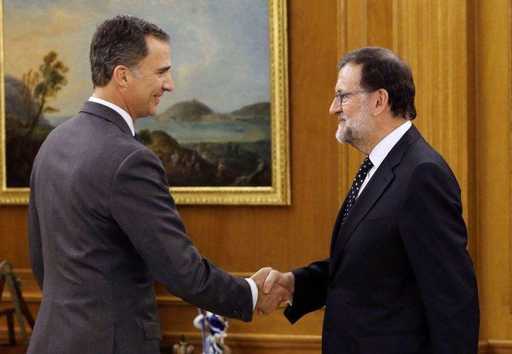El rey de España, Felipe VI, saluda a Mariano Rajoy antes de su encuentro en el Palacio de la Zarzuela, en Madrid, el viernes 23 de enero de 2016. (Foto: Ballesteros, vía AP)