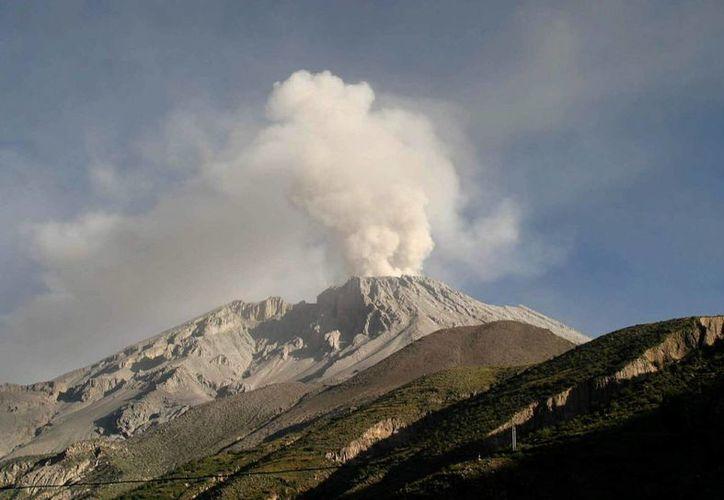Imagen del volcán Ubinas, de 5,670 metros de altura, en el sur Perú, que desde el último lunes ha registrado explosiones y fumarola. (EFE/Archivo)