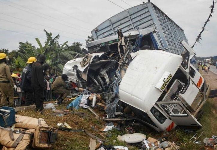 Además el camión se impactó también con otro camión de carga. (Foto: AFP).