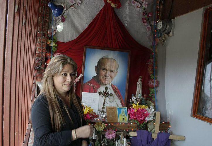 La milagrosa curación de Floribeth Mora abrió el camino a la canonización de Juan Pablo II, cuya ceremonia será este 27 de abril en el Vaticano, donde ella será invitada de honor. (AP)