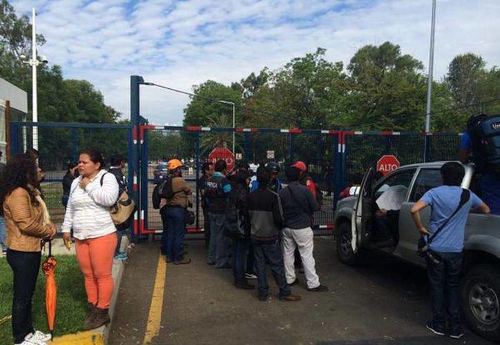 Los maestros de la CNTE rompieron los candados del estacionamiento del aeropuerto de Oaxaca para llegar a las instalaciones de la terminal aérea. (Óscar Rodríguez/Milenio)