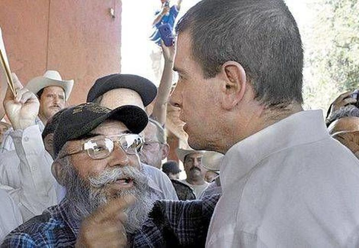 Estanislao Beltrán (izq.) dijo que los autodefensas están hartos del crimen organizado. (Milenio)