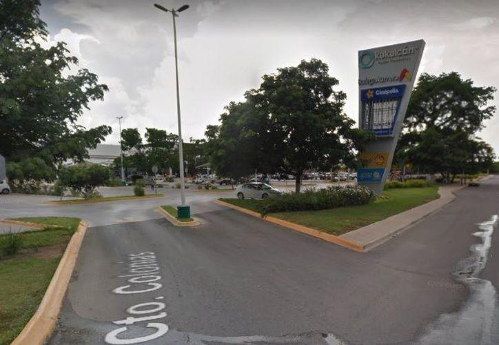 La joven fue hostigada cerca de Plaza Kukulcán, cuando logró escapar. (Google Maps)
