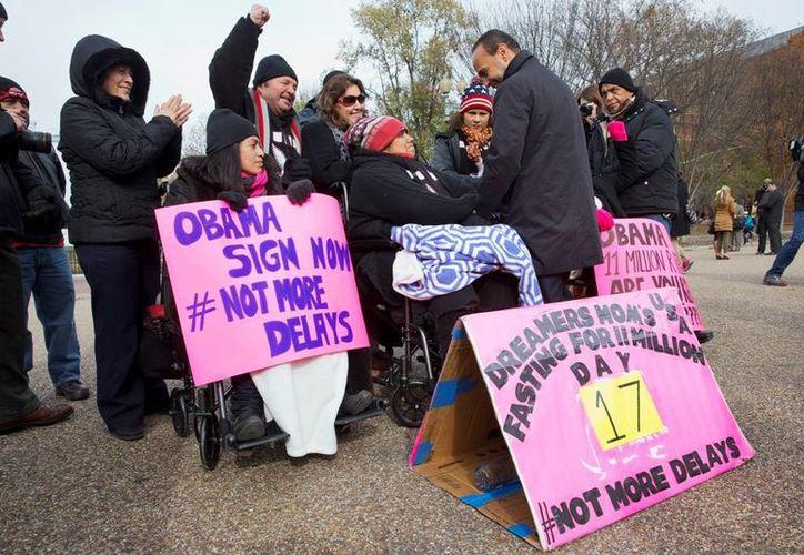 Se espera que Obama emita una orden ejecutiva para suspender la deportación de millones de indocumentados. (AP)