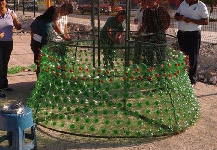98 voluntarios construyeron  el árbol navideño con botellas de plástico. (Cortesía/SIPSE)