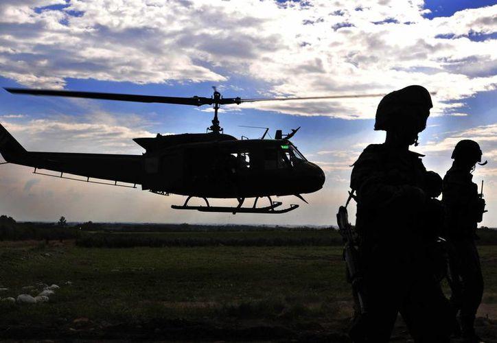 La familia integraba una organización ilegal que lavaba dinero del narcotráfico. Imagen de contexto del Ejército colombiano en una zona rural del municipio de Miranda, Cauca. (EFE/Archivo)