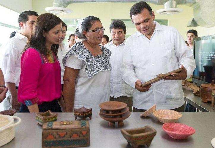 El gobernador de Yucatán, Rolando Zapata, entregó ayer certificados de cursos de capacitación a 75 artesanos de Yucatán. En la imagen, el mandatario observa algunos de los productos locales. (Cortesía)