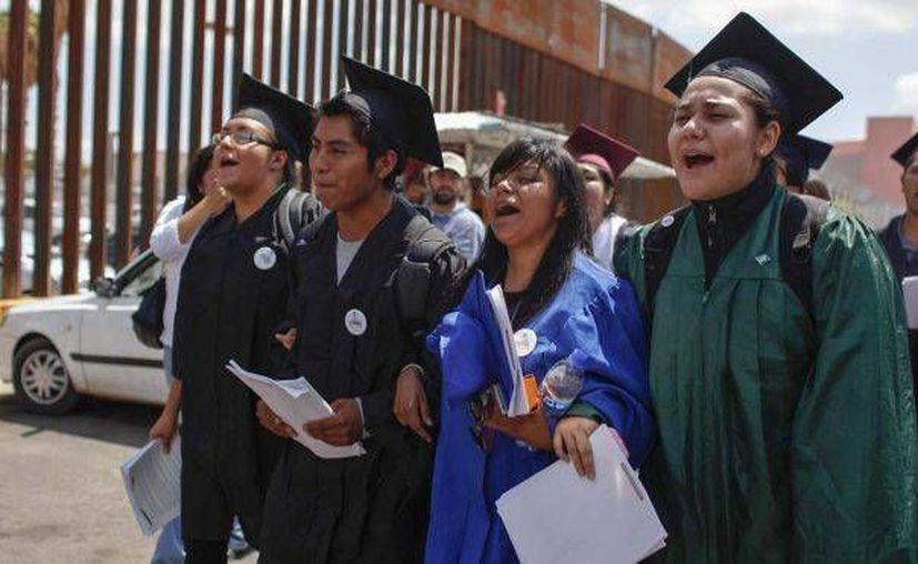 El gobierno mexicano busca apoyar a los llamados 'Dreamers', hijos de connacionales radicados en Estados Unidos, con becas o visitas al país. (Archivo/ AP)
