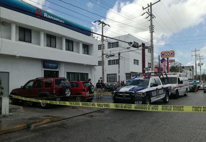 Cuatro sujetos cometieron un asalto a mano armada ayer por la mañana en un banco de la Supermanzana 27. (Eric Galindo/SIPSE)