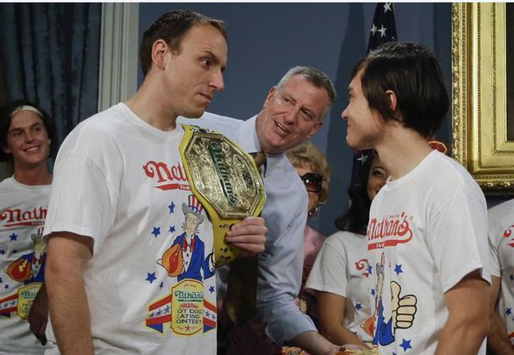 """El alcalde de New York, Bill de Blasio, observa el pesaje del siete veces campeón, Joey """"Mandíbulas"""" Chestnut, y el retador Matt Stonie. (AP Photo/Frank Franklin II)"""