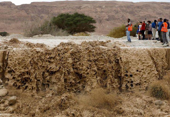 Excursionistas fueron arrastrados por una ola gigante. (AFP)