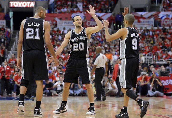 Ginóbili (c) celebra con Tim Duncan la victoria de los Spurs frente a los Clippers en la Conferencia Oeste. (Agencias)