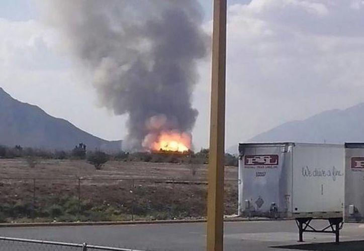 La explosión de un gasoducto de Pemex en Nuevo León dejó como saldo cuatro muertos; el percance se debió al golpe de maquinaria con la que se realiza una obra ajena a la empresa gubernamental (@robertorivera86)