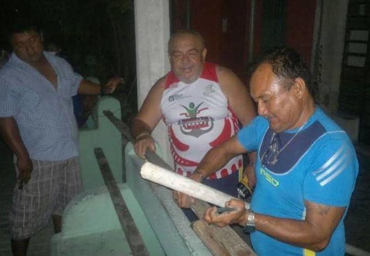 En pleno apagón, vecinos de Progreso improvisan reparaciones para restablecer el servicio eléctrico. (Óscar Pérez/SIPSE)