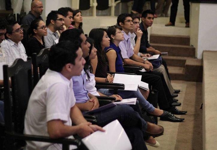 Estudiantes de la Uady durante las actividades en el Congreso de Yucatán. (Cortesía)