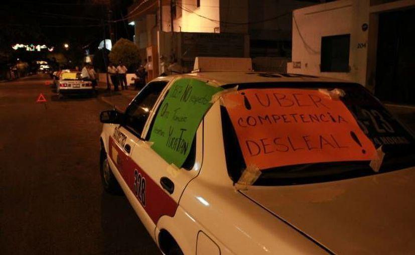 Un grupo de taxistas de Yucatán partieron en caravana a la Ciudad de México para protestar contra Uber. La imagen, de la protesta que realizaron hace dos semanas, está utilizada solo con fines ilustrativos. (José Acosta/SIPSE)