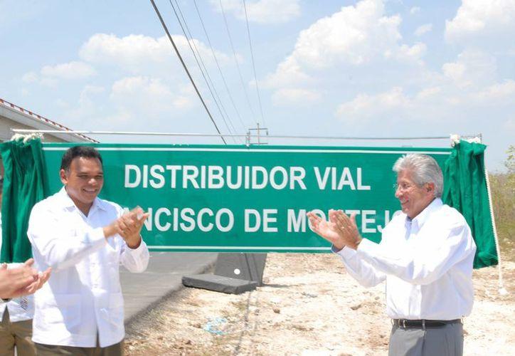 El gobernador Rolando Zapata Bello y el secretario de Comunicaciones y Transportes, Gerardo Ruiz Esparza, inauguran el distribuidor vial de Francisco de Montejo, en el Periférico de Mérida. (Notimex)