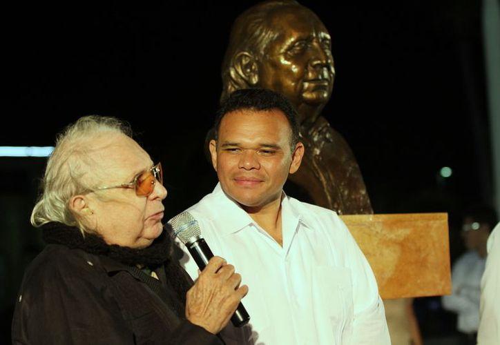 La primera visita de Zapata Bello a Progreso fue para develar el busto de 'Coki' Navarro. (Cortesía)