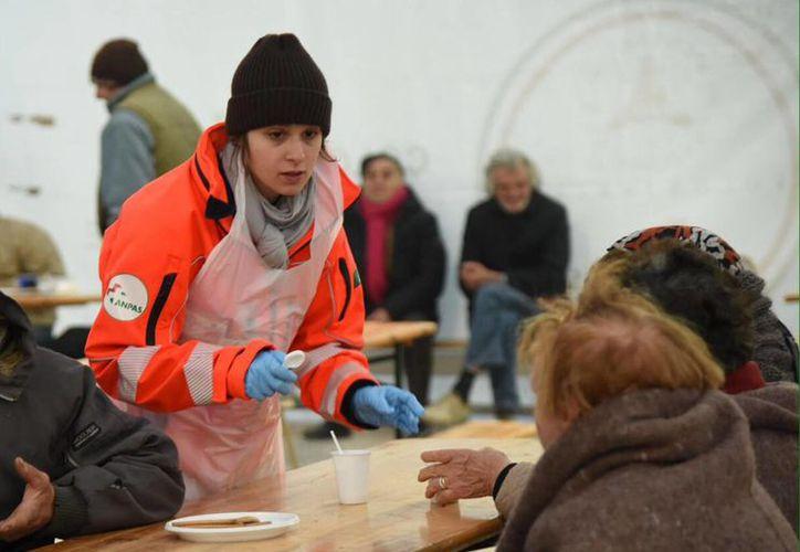 Algunas personas afectadas por el sismo se encuentran en un campemento improvisado en un deportivo, en Norcia, Italia. (Crocchioni/ANSA través AP)